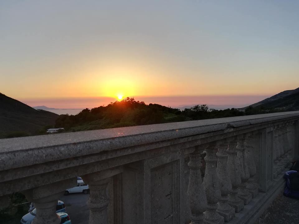 il tramonto visto dalla cappella di Santa maria del Castello nel periodo estivo